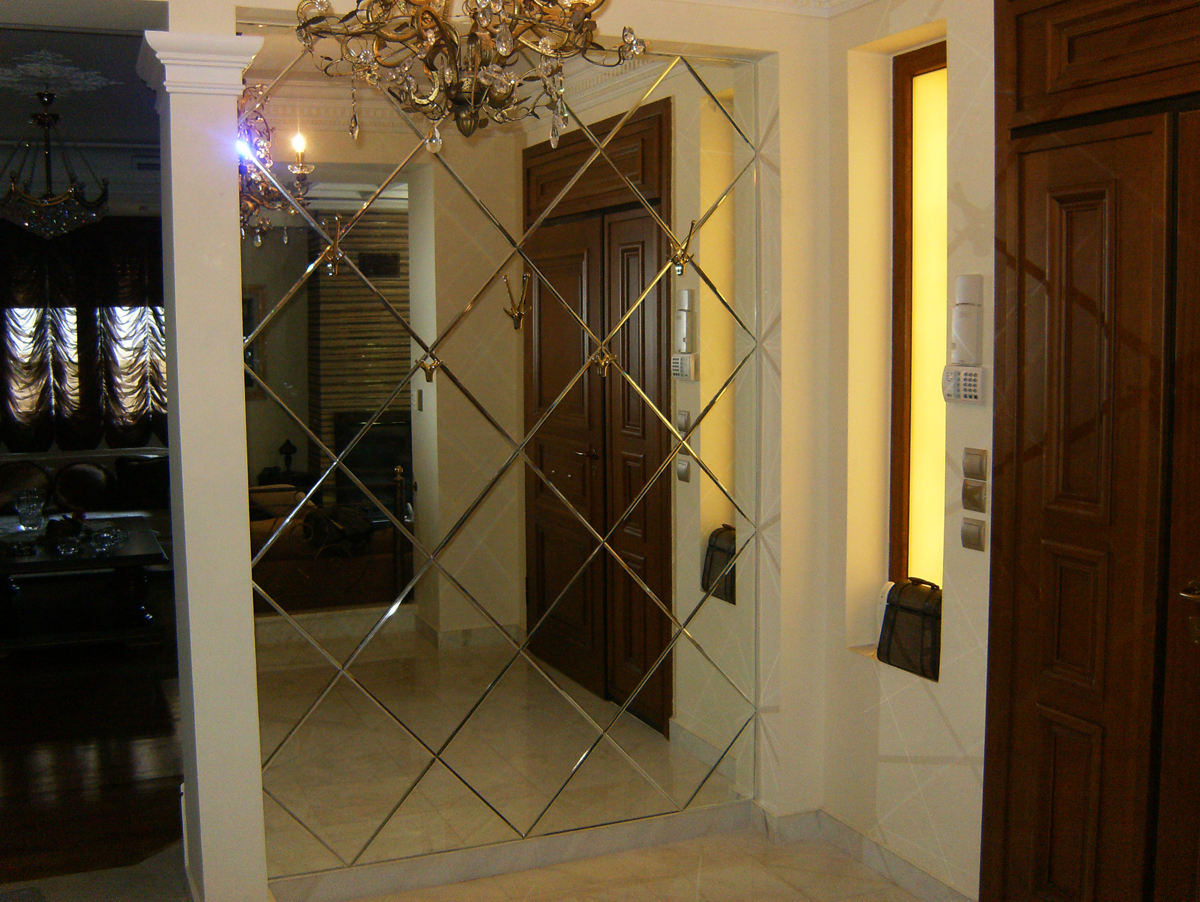 Entrance covering with mirror