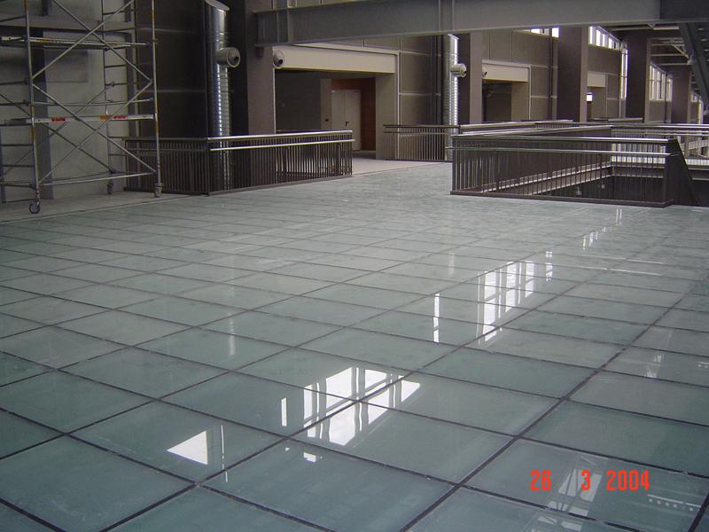 Γυάλινο πάτωμα ΜΑΤ