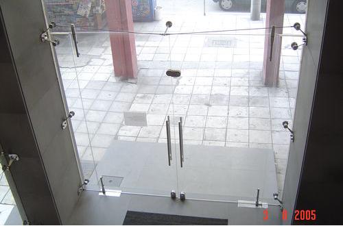 Γυάλινη πόρτα