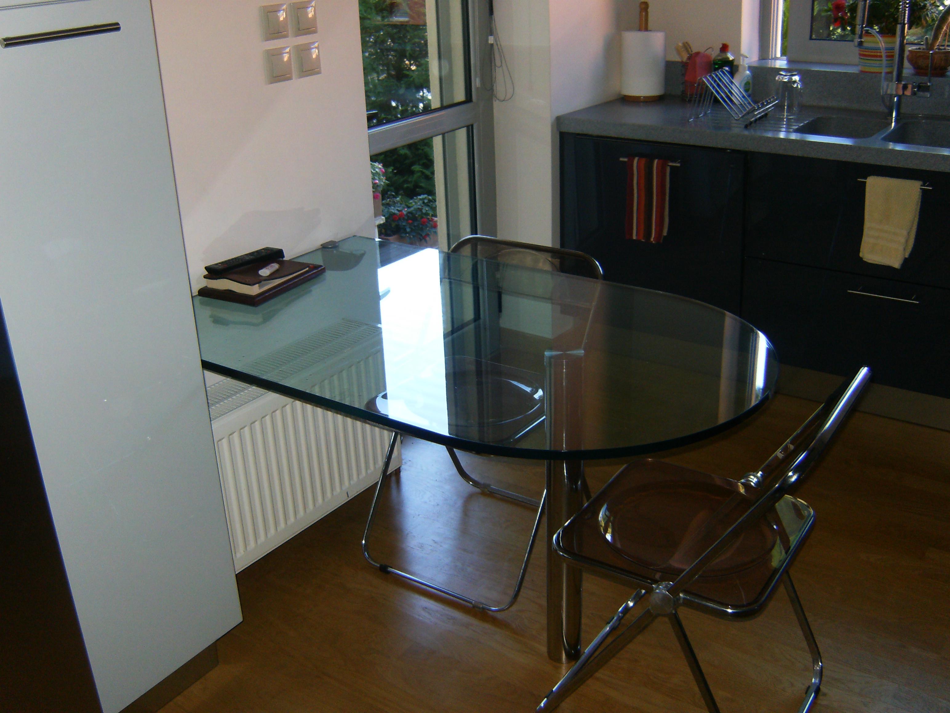 Οβάλ κρυστάλλινο τραπέζι